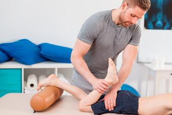 Cleveland, Florida auto accident physician examining a young man with leg pain